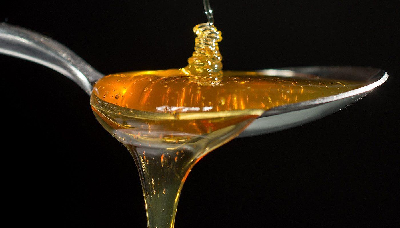 Cucharada-miel-natural-selectmiel